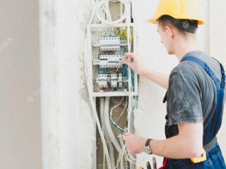 electricista trabajando centralita 23 2147743117